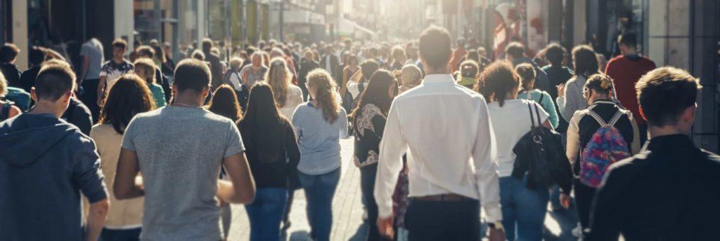 Svenska låntagare som promenerar på en gata
